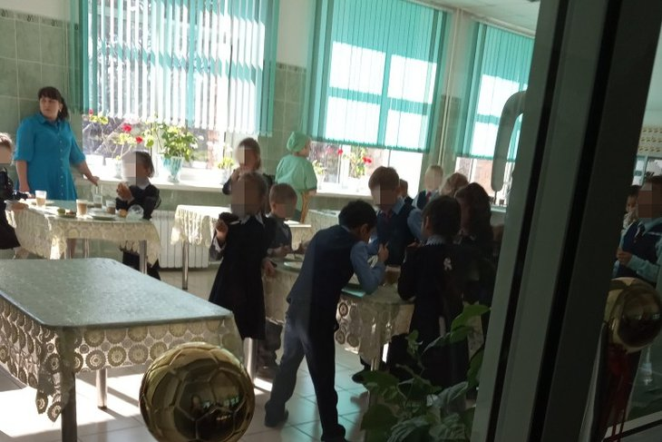 В иркутской школе №36 школьников заставили есть стоя из-за сломанного стула