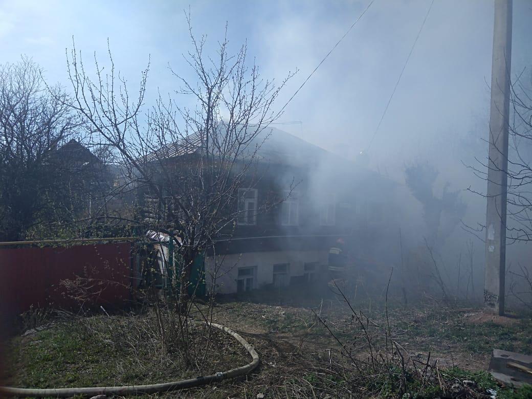 В Уфе из-за пожара во дворе чуть не пострадал двухэтажный дом