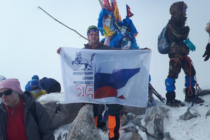 Флаг в честь 25-летия Заксобрания Иркутской области установили на Мунку-Сардык