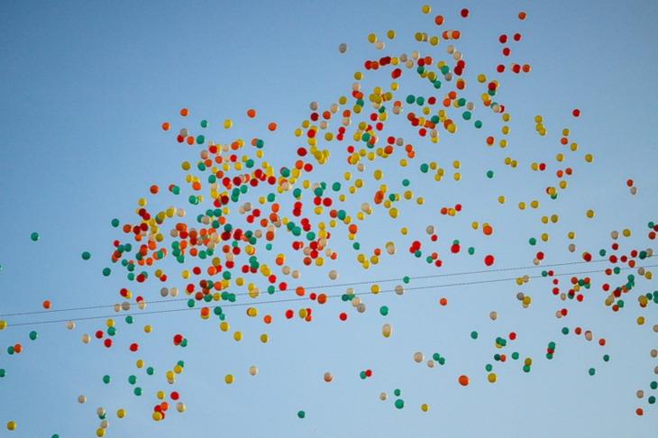 Школам Иркутской области рекомендуют отказаться от воздушных шаров на выпускных