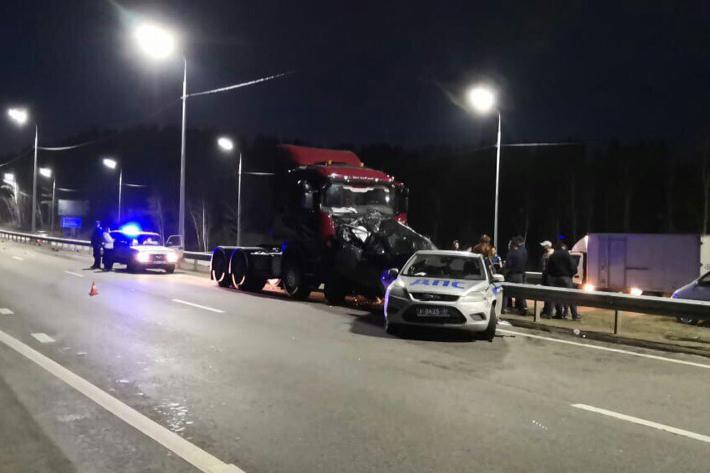 Грузовик врезался в иномарку и патрульную машину во время оформления ДТП