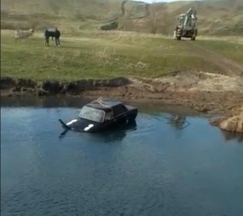 В Башкирии из воды вытащили автомобиль с трупом внутри