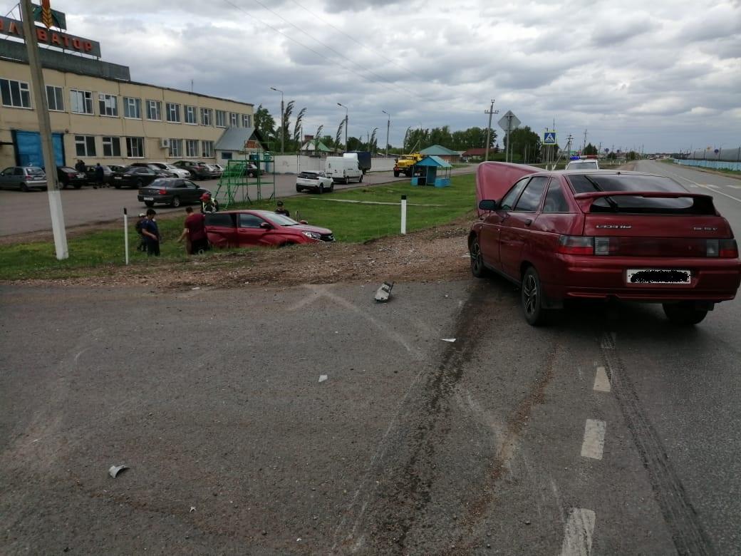 В Башкирии женщина за рулем Lada XRay грубо нарушила правила и устроила аварию