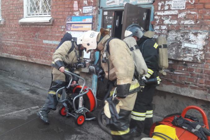 В Иркутске неизвестные подожгли деревянную дверь в жилом доме