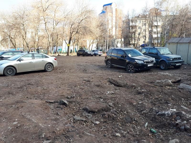 Жители Уфы припарковали автомобили во дворе дома, а получили штраф как за парковку на газоне