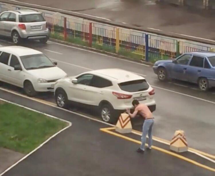 В Уфе около университета танцевал полураздетый мужчина