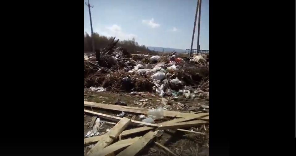 Жители Башкирии пожаловались на огромную свалку возле кладбища