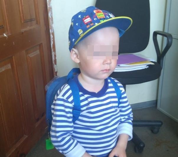 В Уфе полиция нашла родителей маленького мальчика, бродившего по улицам в домашних тапочках
