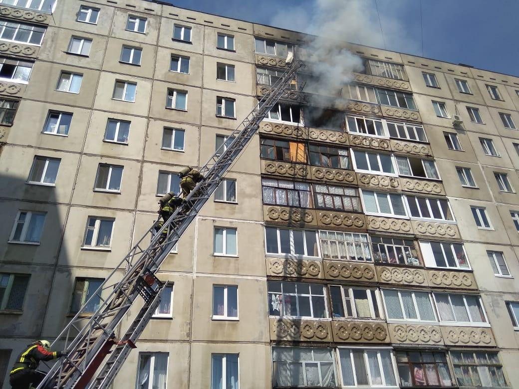 Видео: В Уфе пожарные тушат девятиэтажный дом