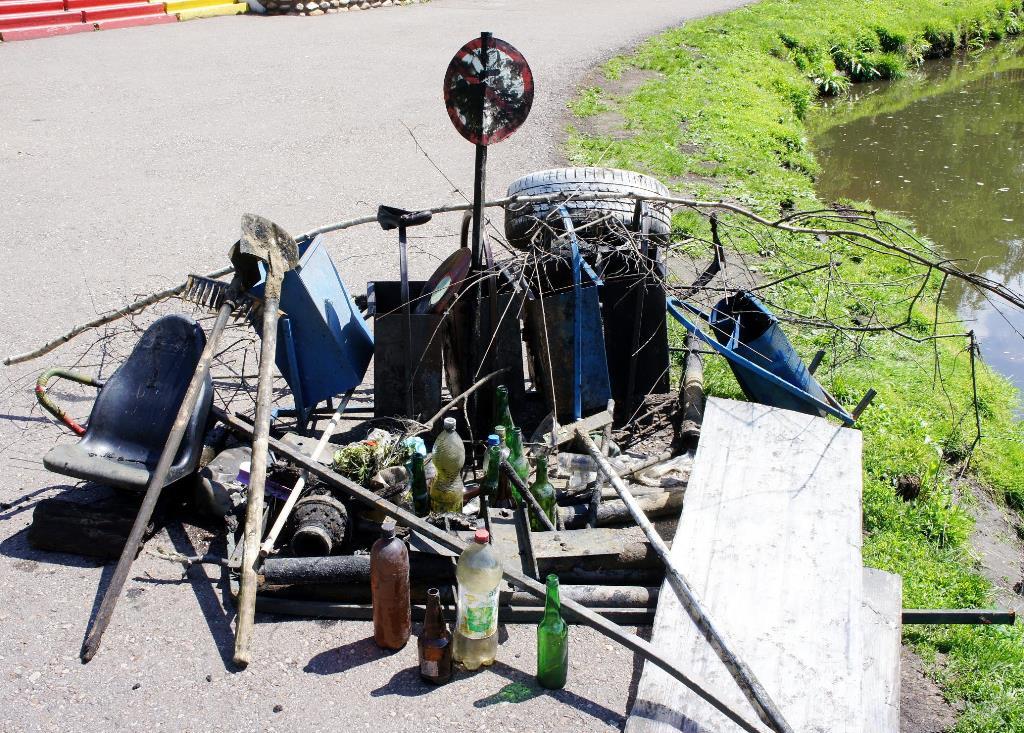 6 урн, табличка «Купание запрещено» и топор: Неожиданные находки на дне пруда в Уфе