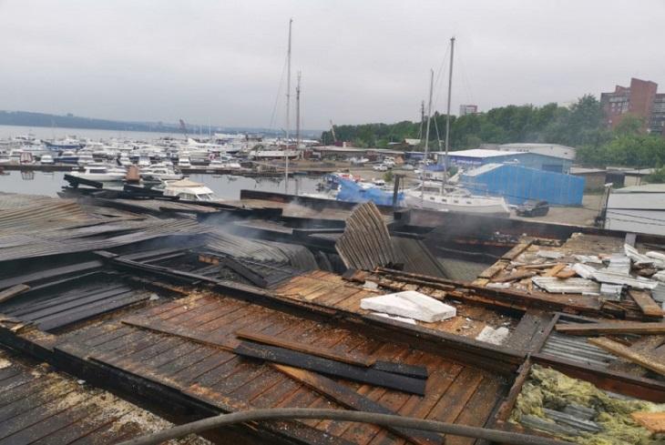 Два ангара, катер и автомобиль горели ночью 21 июня в Иркутске