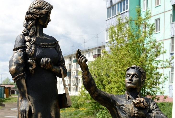 В Черемхово установили памятник влюбленным у отдела ЗАГС