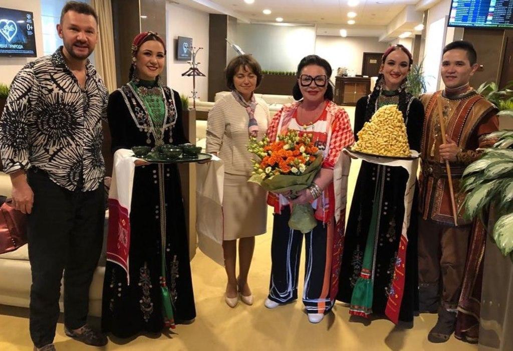 «Индеец-трансвестит»: В Интернете высказались по поводу наряда Надежды Бабкиной, в котором она прилетела в Башкирию