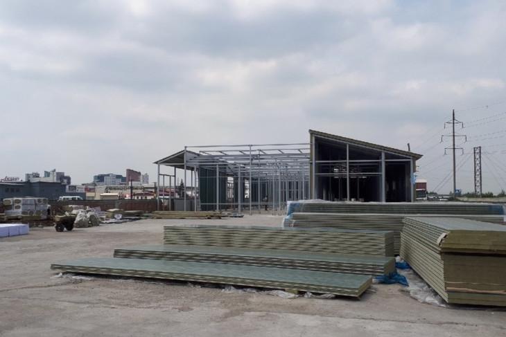 На новой площадке завершается монтаж основного помещения для Иркутской зоогалереи