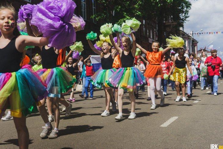 Праздничное шествие в День города: трансляция