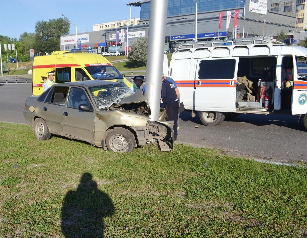 В Уфе спасатели помогли зажатому в автомобиле парню