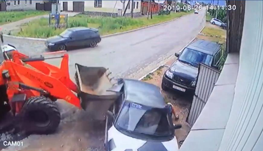 В Башкирии трактор врезался в припаркованный автомобиль и задавил находившегося под машиной парня