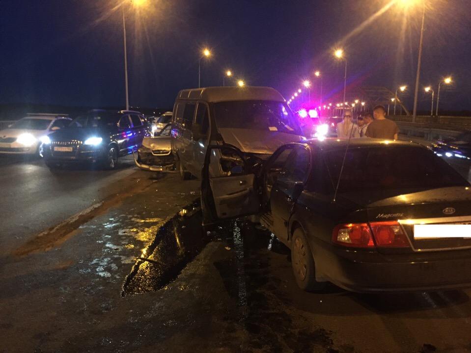В Уфе на Бельском мосту произошло серьезное ДТП ‒ Двоих пострадавших доставили в больницу