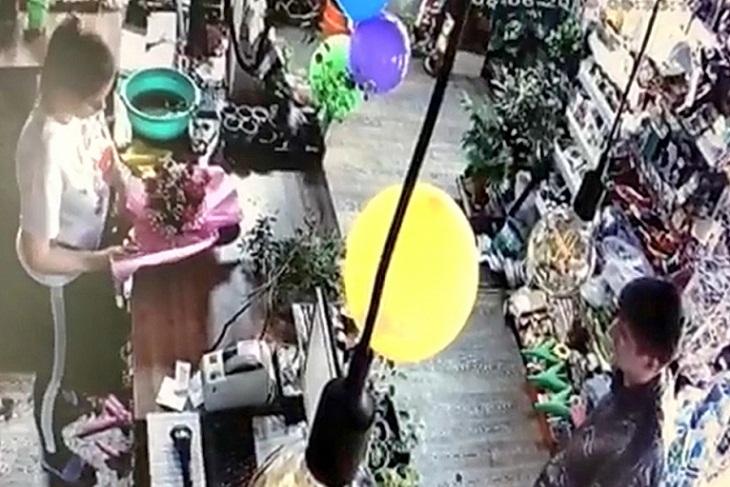 Угрожая ножом, братчанин украл из магазина букет цветов для примирения с женой