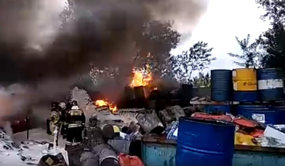 В Уфе на предприятии сгорел ангар с отработанным маслом