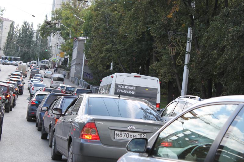 В центре Уфы автомобилисты стоят в огромных пробках