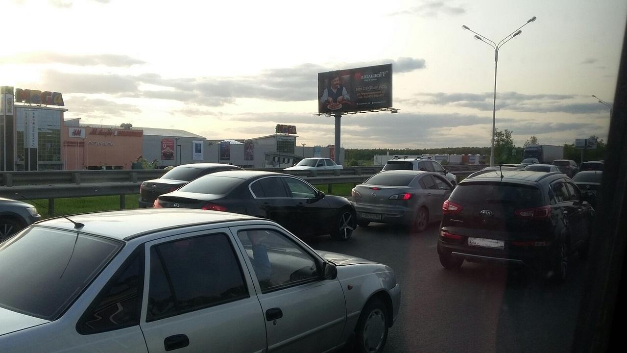 На въезде в Уфу возле крупнейшего ТЦ возник транспортный коллапс