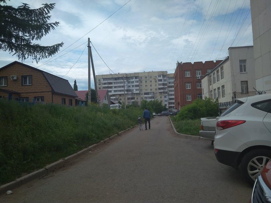 В Уфе детям и родителям с колясками приходится ходить по дороге, рискуя жизнью