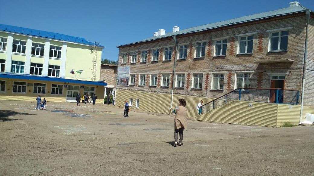 В Башкирии сильный ветер снес крышу лицея – Эвакуированы 225 детей
