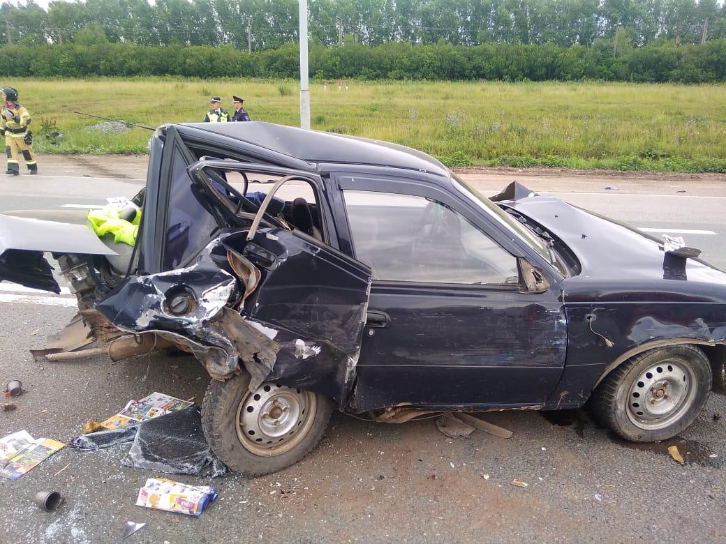 На трассе в Башкирии произошло массовое ДТП: Столкнулись три авто и грузовик