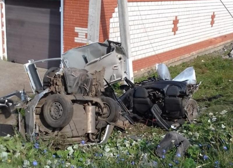 В Башкирии Lada на огромной скорости врезалась в столб – Четыре парня в реанимации