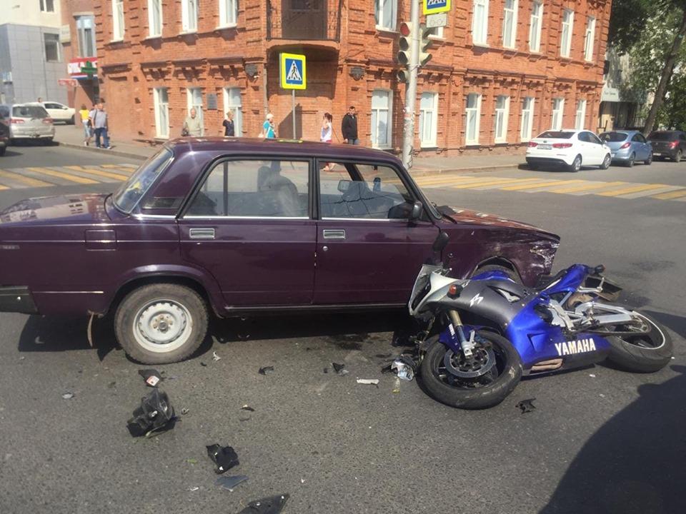 В центре Уфы столкнулись ВАЗ-2107 и мотоцикл