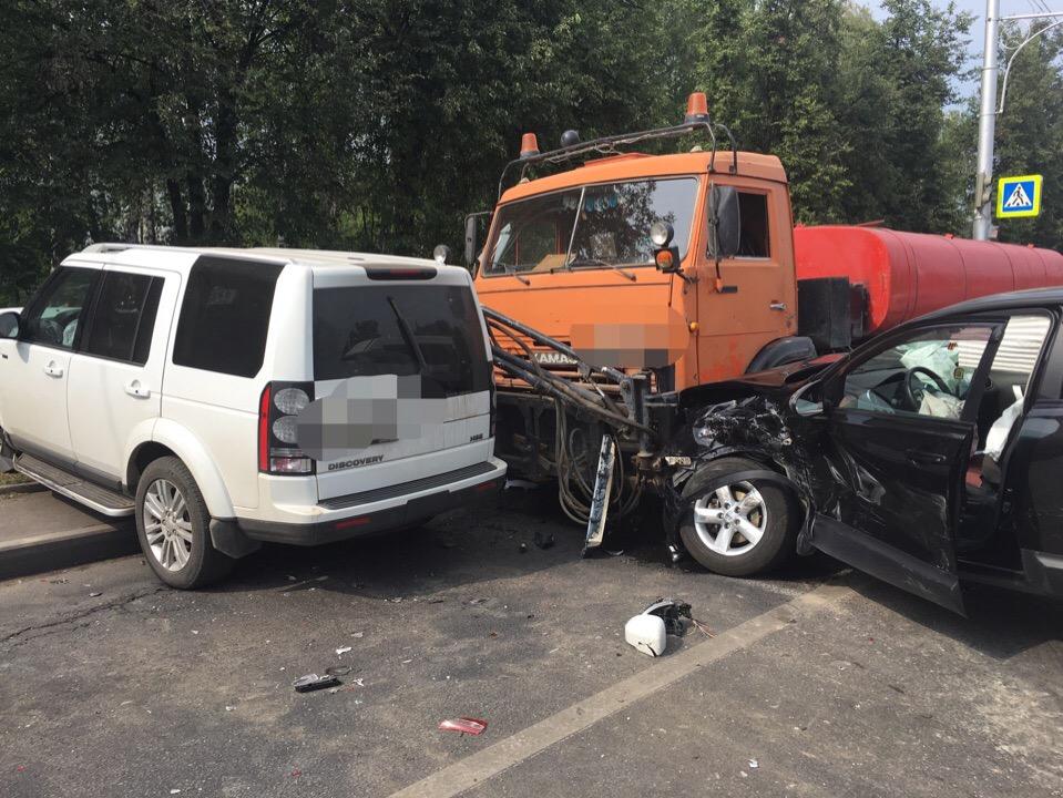 На проспекте Октября в Уфе произошло массовое ДТП – Столкнулись сразу шесть автомобилей