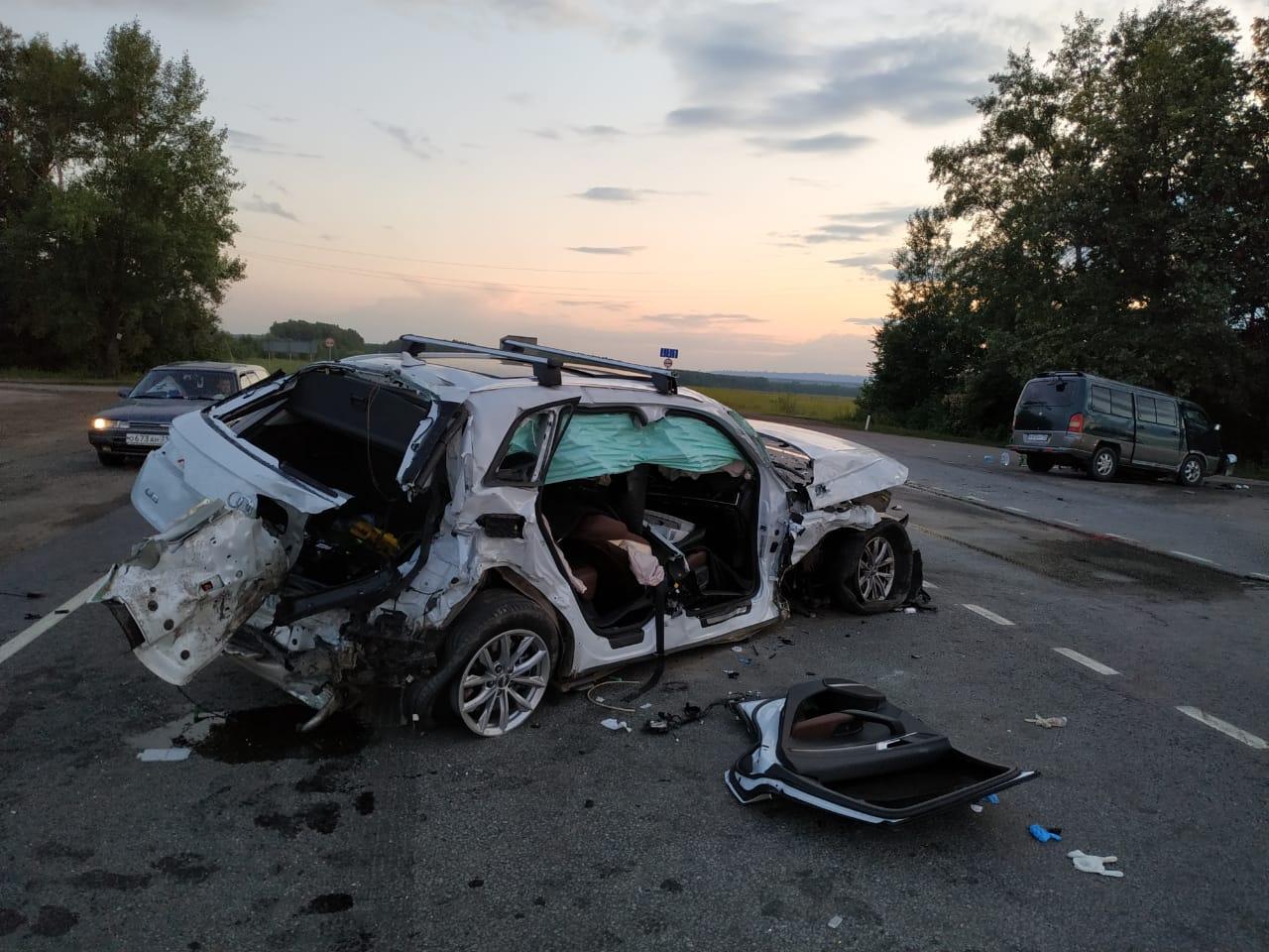 В Уфе девушку зажало в покореженном после массовой аварии автомобиле