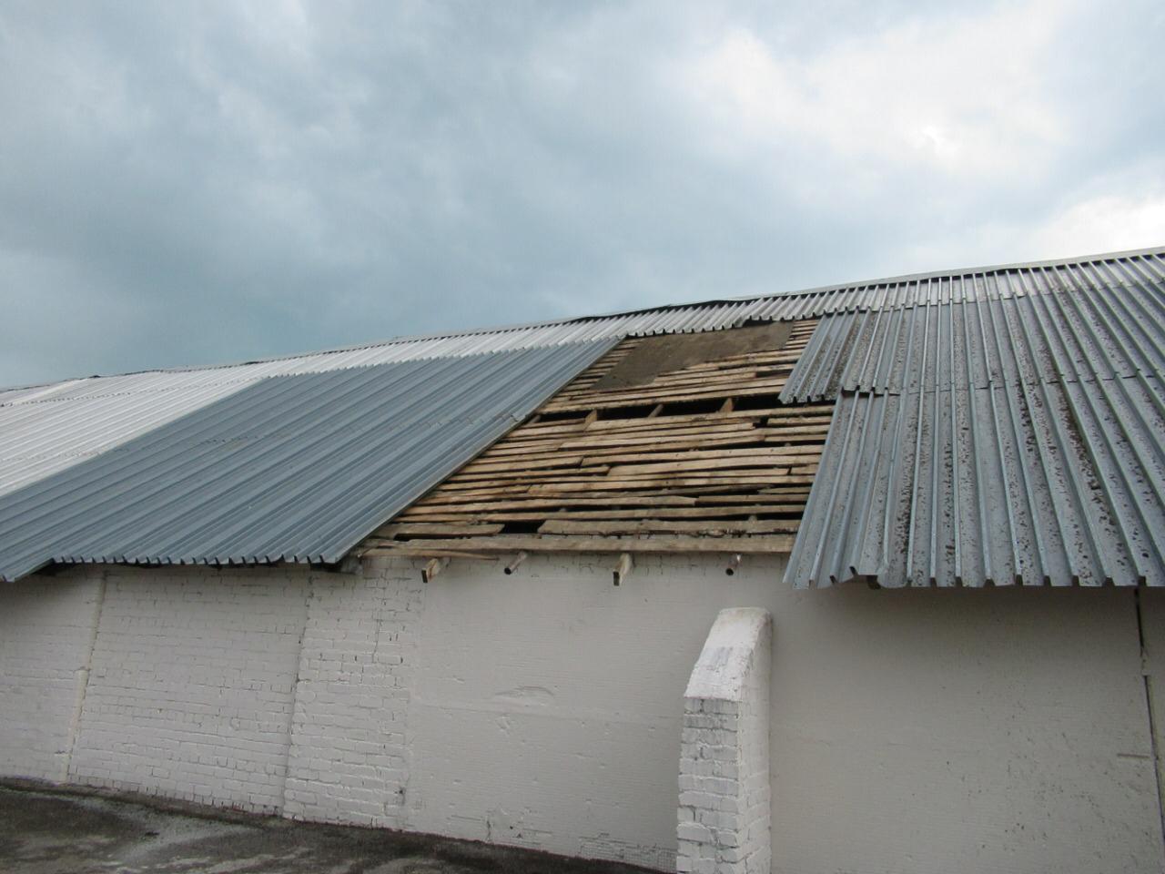 В Башкирии сильный ветер снес крыши завода и складов