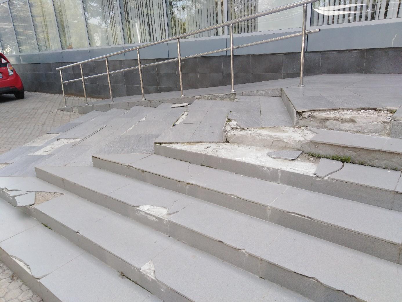 «Просто безобразие!»: Уфимцев возмутило «убитое» крыльцо в местном ЗАГСе