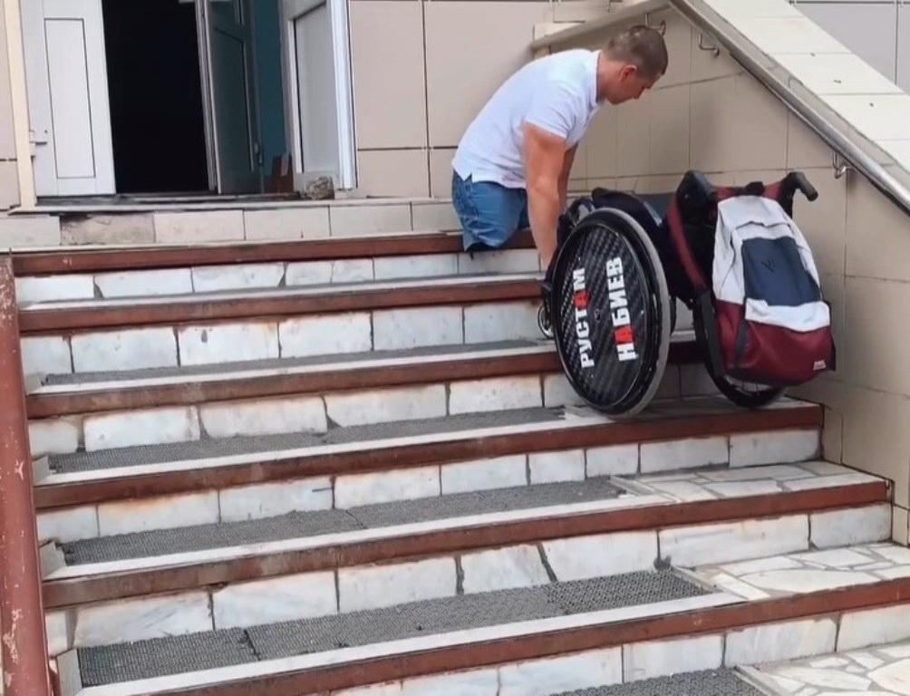 Руководство уфимской поликлиники прокомментировало скандальный ролик инвалида-колясочника