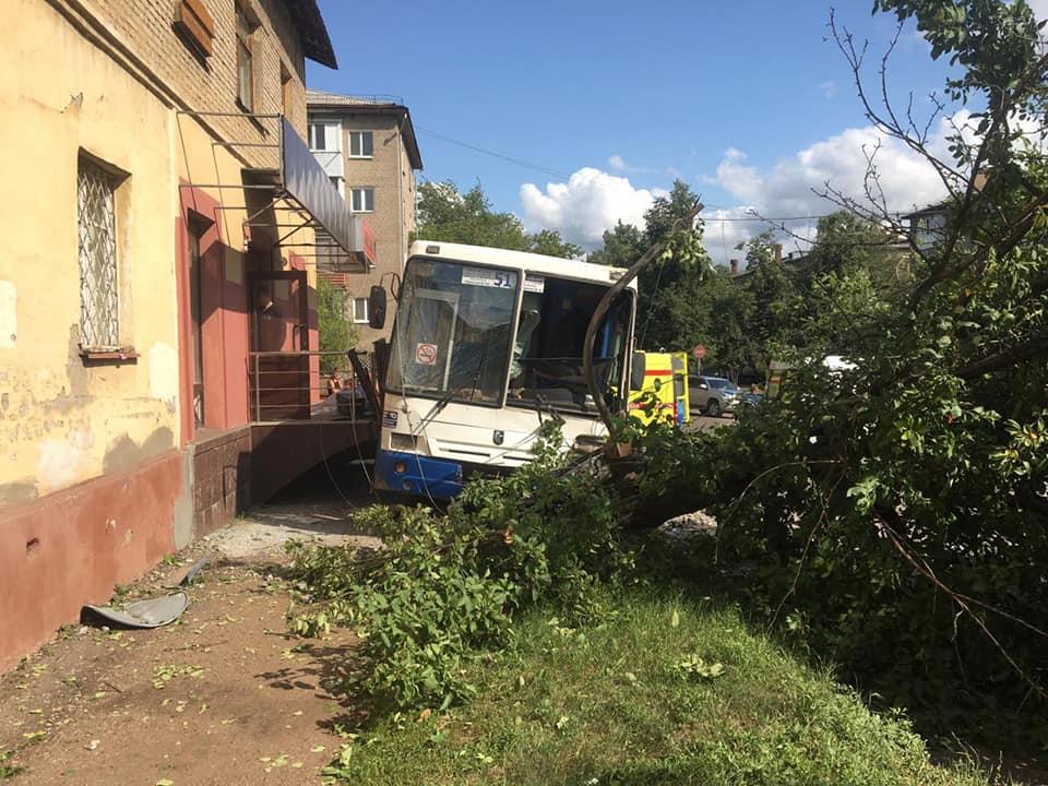 В Уфе пассажирский НефАЗ врезался в электроопору, а потом наехал на дерево: Пострадавших осматривают медики