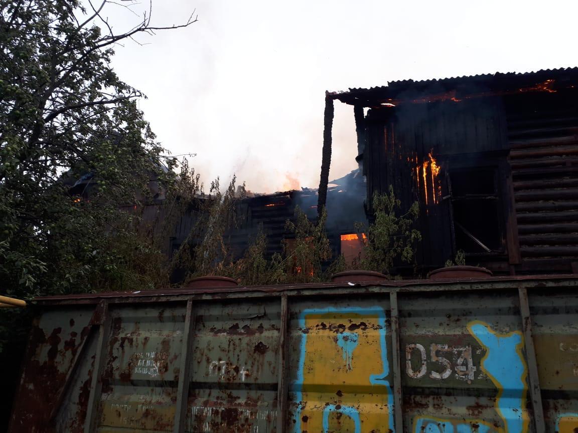 В Уфе пожар в деревянном бараке тушили 40 человек