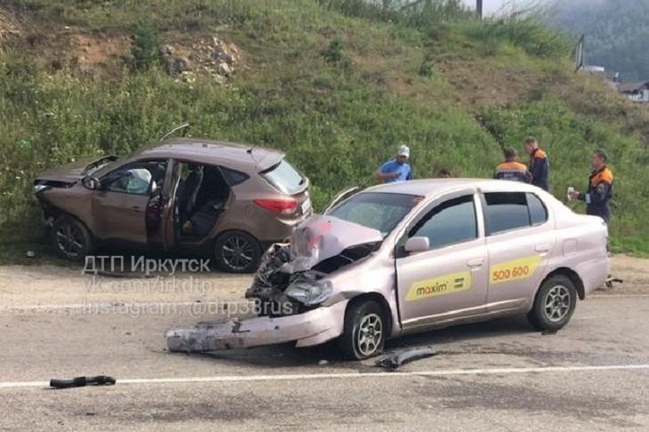 В Листвянке трое человек пострадали при столкновении Toyota Platz и Hyundai ix35