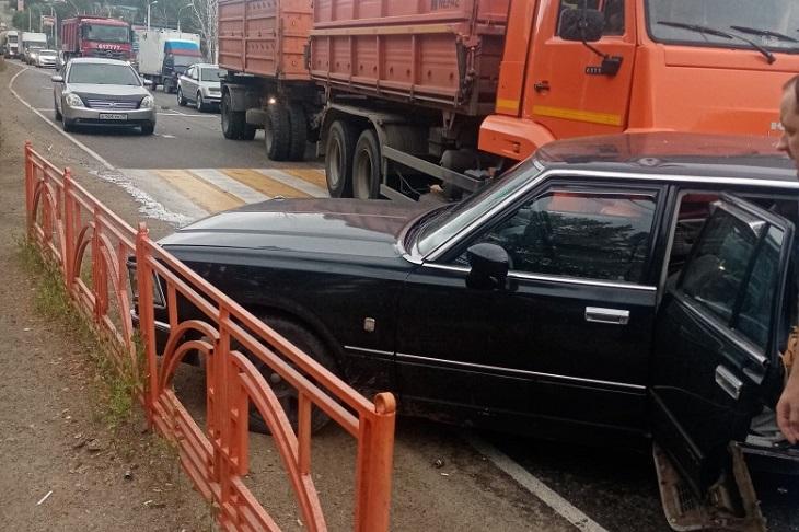 КамАЗ столкнулся с иномаркой вблизи микрорайона Луговое