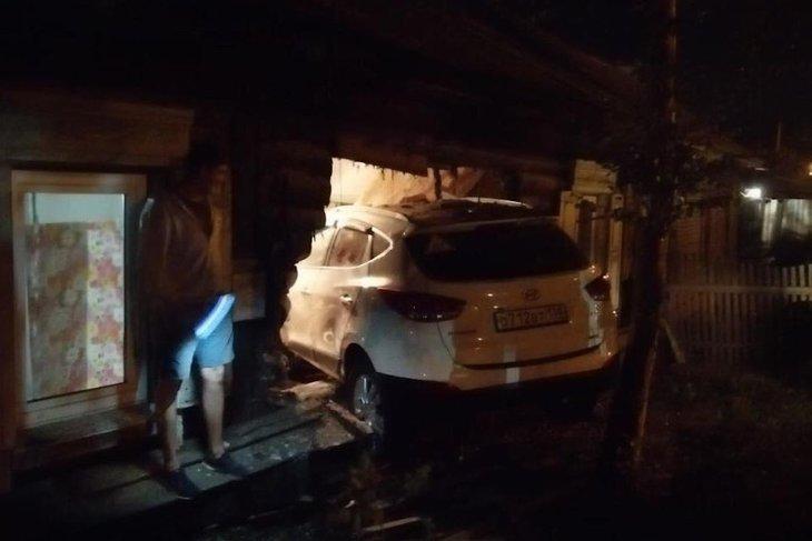В Иркутске задержали въехавшего в дом водителя Hyundai