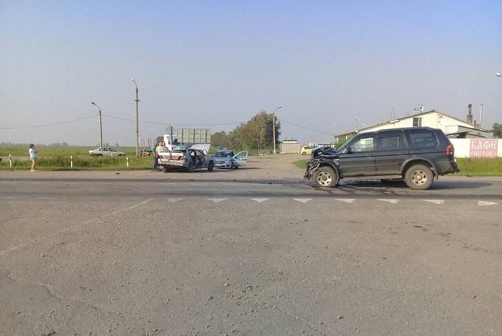В Усольском районе три человека пострадали при столкновении ВАЗ с Mitsubishi