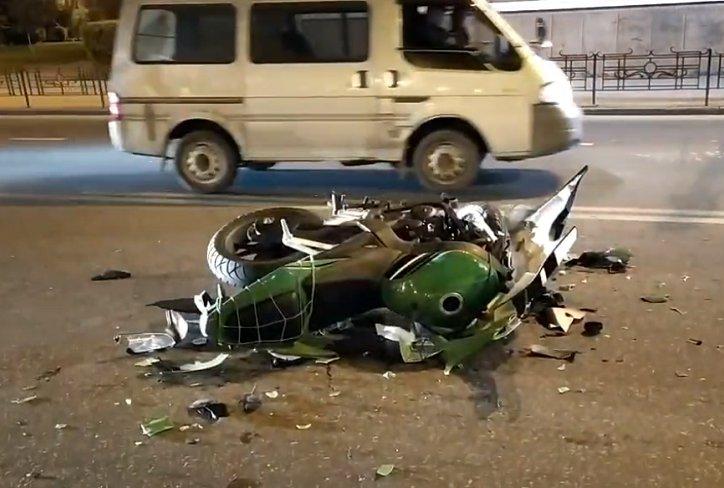 Мотоциклист с пассажиром пострадали при столкновении с Volkswagen в Иркутске