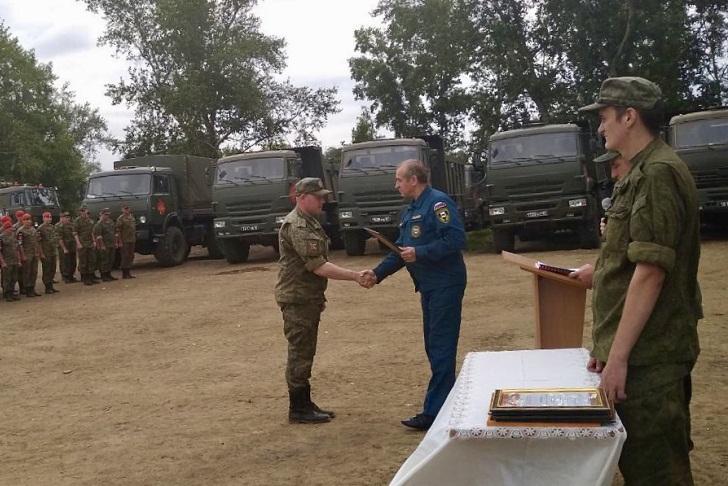 В Тулуне наградили военных, помогавших ликвидировать последствия паводка