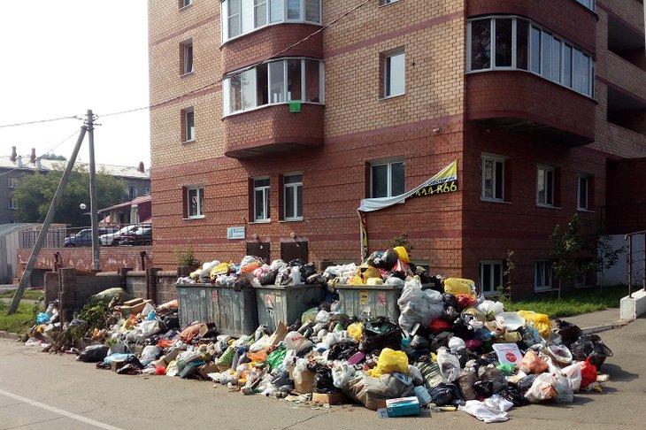 Регоператор пообещал убрать мусор у домов в Иркутске в течение полутора недель