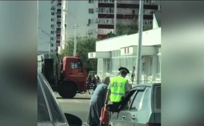В Уфе сотрудник ДПС остановил движение, чтобы помочь бабушке-инвалиду перейти дорогу