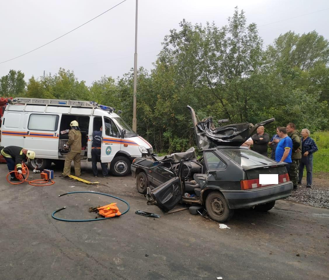 В Уфе спасатели достали мужчину из покореженного после ДТП авто
