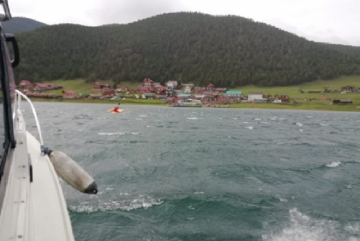 На Байкале сотрудники ГИМС спасли туриста из Ижевска с опрокинувшегося катамарана