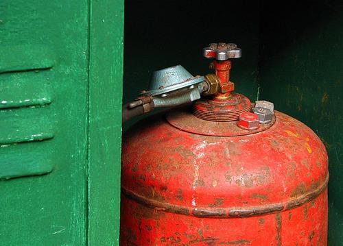 В Башкирии сотрудник АГЗС заправил газом опасный баллон