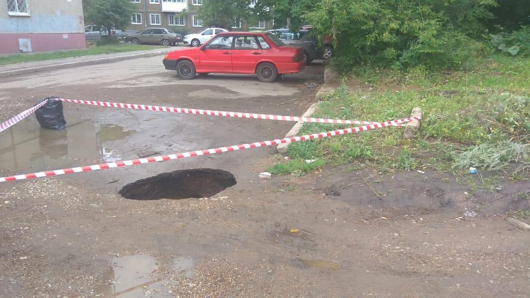 В Уфе во дворе многоэтажки, где под землю провалилась машина, снова нашли дыру в асфальте